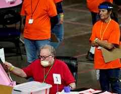 Empleados de la empresa Cyber Ninjas revisan papeletas el 6 de mayo en Phoenix. La firma fue contratada por los republicanos del Senado de Arizona para auditar los resultados de la elección presidencial en el condado de Maricopa.