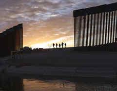 Personas migrantes que cruzaron la frontera de México con Estados Unidos para solicitar refugio, el 10 de junio de 2021.