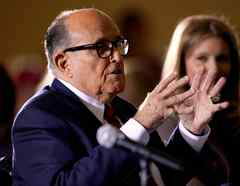 """Rudy Giuliani, de 77 años, durante una audiencia del Senado estatal de Pennsylvania, en noviembre del 2020. Una corte de Nueva York suspendió su licencia de abogado este 24 de junio por sus """"falsedades"""" respecto a la elección presidencial del 2020."""