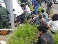 El sitio del accidente en Encino, Texas, de una camioneta que transportaba a 25 personas