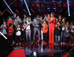 Jorge Bernal y Patricia Manterola junto a los 18 finalistas de La Voz Kids