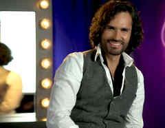 Fabián Ríos sonriendo en entrevista sobre Celia Cruz