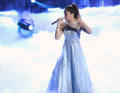 Alejandra cantando en la final de La Voz Kids