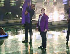 Axel cantando en la final de La Voz Kids