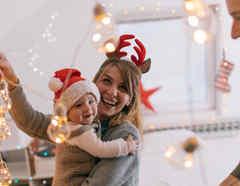 Familia arreglando la casa para Navidad