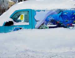Un vehículo cubierto de nieve en Nebraska
