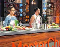 Lauren Arboleda y Dubraska Wawi en el reto por el último boleto a la final de MasterChef Latino 2