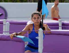 Denisse Novoa agarrando una bandera