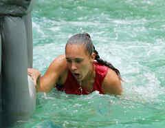 Nicole Regnier respirando para salir del agua