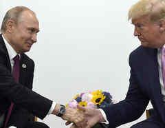 El presidente de Rusia Vladimir Putin estrecha la mano del presidente de Estados Unidos Donald Trump, en una cumbre del G-20 en Osaka, Japón.
