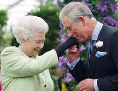 Príncipe Carlos y la reina Isabel II