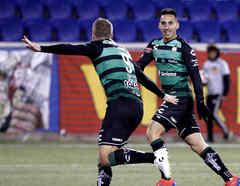 Dos jugadores del Santos Laguna celebran un gol.