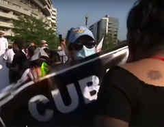 Mexicanos se enfrentan a las afueras de la Casa Blanca durante la llegada de AMLO a su encuentro con el presidente Trump