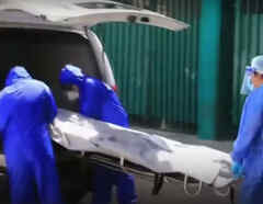 Personal de salud traslada a un fallecido por coronavirus en un hospital de Tabasco, México