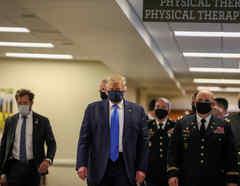El presidente de Estados Unidos, Donald Trump, usa una mascarilla mientras visitaba el Centro Médico Militar Nacional Walter Reed en Bethesda, Maryland, EE.UU.