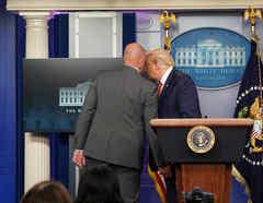 Donald Trump abandona abruptamente una conferencia de prensa.