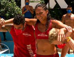 Fernando y Nate ayudan  a Alejandra
