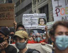 Protesta de profesores, estudiantes y familias contra el plan de reapertura de las escuelas de las autoridades de Nueva York por considerarlo no seguro.