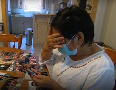 María Irene Morales llora la muerte por coronavirus de su hermana María Antonia en el Valle del Río Grande, Texas.
