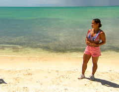 Chelly conversa con Gabba a orillas del mar Caribe