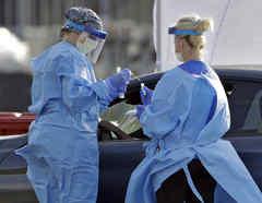 El personal médico de BayCare examina a las personas para detectar el coronavirus en el estacionamiento a las afueras de Raymond James en Tampa, Florida.