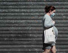 Una mujer embarazada camina en París durante la pandemia de coronavirus.