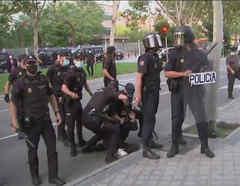 Enfrentamiento entre policías y manifestantes durante protestas tras nueva medida de confinamiento por rebrote de coronavirus en Madrid, España.