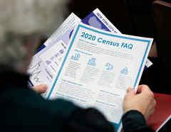 Una persona tiene información del censo en un evento en Queens, Nueva York, EE.UU.
