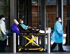 Los trabajadores de la salud mueven a un paciente con una mascarilla en el Hospital Langone de la NYU, durante el brote de la enfermedad por coronavirus  en el distrito de Manhattan de la ciudad de Nueva York, Nueva York, EE.UU.