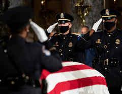 Ataúd del difunto juez de la Corte Suprema Ruth Bader Ginsburg se encuentra en el Capitolio de Estados Unidos en Washington.
