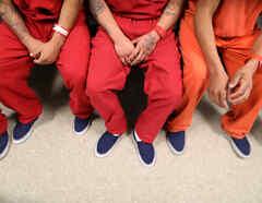 Los recluidos por ICE son vistos en el centro de detención de inmigrantes de Adelanto, que es administrado por Geo Group Inc (GEO.N), en Adelanto, California, EE.UU.