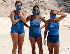 Naomi, Claudia y Verónica miran angustiadas
