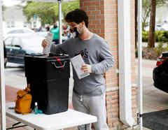 La gente hace fila en una mesa electoral cuando comienza la votación anticipada en Florida