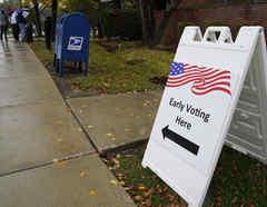 Un cartel indica la dirección para poder votar por adelantado en Elk Grove Village, Illinois.