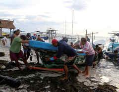 Pescadores sacan un bote del agua cuando se acerca el huracán Zeta, en Cancún, México 26 de octubre de 2020.