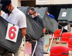 Las personas emitieron sus votos para las próximas elecciones presidenciales durante la votación anticipada en Houston, Texas
