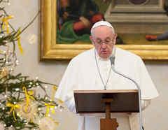 El Papa Francisco recita la oración del mediodía del Ángelus en su estudio en el Vaticano.