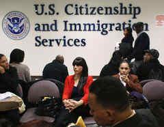 Los inmigrantes esperan sus entrevistas de ciudadanía en la oficina de distrito del Servicio de Ciudadanía e Inmigración de Estados Unidos en Nueva York