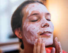 Woman using a beauty mask.