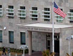 La bandera nacional de Estados Unidos ondea a media asta a la entrada del consulado de Estados Unidos en Ciudad Juárez, estado de Chihuahua, México.