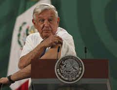 Andrés Manuel López Obrador muestra el brazo donde recibió la vacuna.