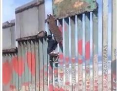 Un niño de 13 años escala el muro fronterizo de Estados Unidos con México en Tijuana