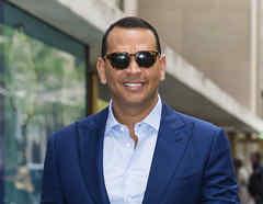 Alex Rodriguez con gafas oscuras y de traje.