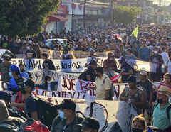 Una caravana migrante en Tapachulas, México, avanza pese al intento de bloqueo de antimotines el 23 de octubre de 2021.