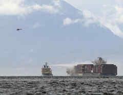 Un buque trabaja para controlar un incendio a bordo del MV Zim Kingston, el domingo 24 de octubre de 2021, a unos 8 kilómetros de la costa de Victoria, Canadá.