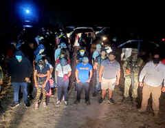Cientos de personas, entre ellos familias con niños, eran trasladadas en una caravana de autos compacto interceptada por las autoridades mexicanas el sábado 23 de octubre en Tamaulipas, cerca de la frontera con EE.UU.
