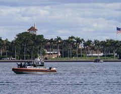 Al fondo, la residencia del expresidente Donald Trump de Mar-a-Lago, en Florida.