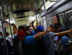 Sigue habiendo aglomeraciones en el metro de Ciudad de México pese al coronavirus.