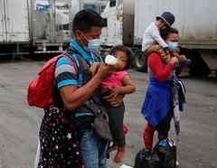 Un hondureño que intentaba llegar a Estados Unidos alimenta a su niña.