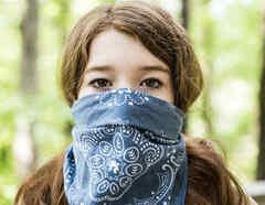 Mujer usando bandana